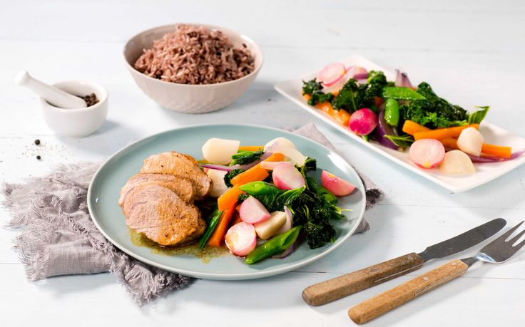 Helsteker du indrefileten av svin blir den saftig og god. Smørdampede grønnsaker er et friskt og deilig tilbehør sammen med fullkornsris.