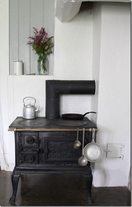 Kitchen Old kitchen stove. Gammel kjøkken ovn under det opprinnelige kjøkkenhetten. Betong gulv.