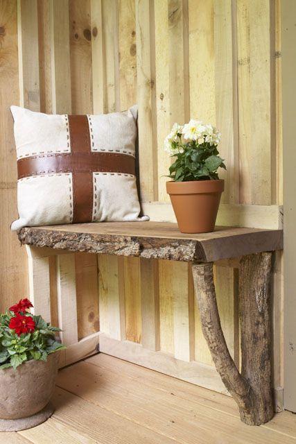 Rustikale Sitzbank auf einem Brett und einer Astgabel.