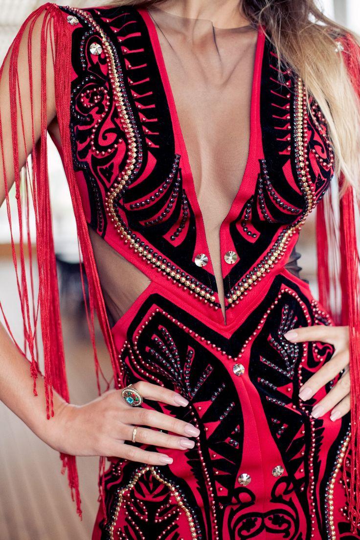 Vestido de festa longo vermelho com franjas e bordado