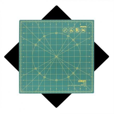 Подложка за рязане OLFA RM-12S с трипластова матирана структура с въряща се основа на 360 градуса. Подходяща за скрапбукинг, изделия от хартия и моделиране. Основата е направена от материал, който не се плъзга, посредата е захваната с винт, който позволяв