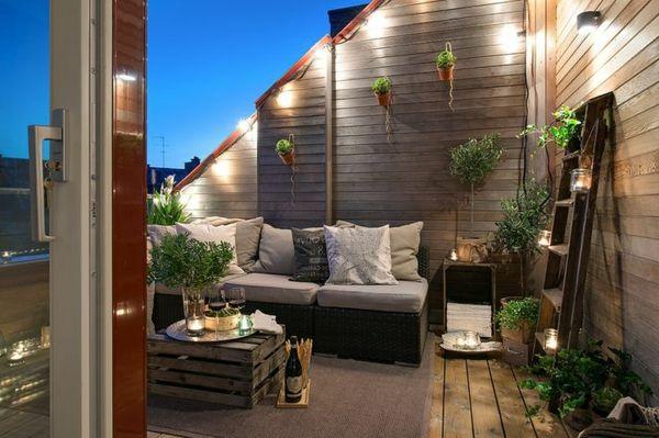 balkon sichtschutz beleuchtungen treppen teppich sofa mit kissen