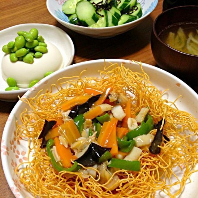 今日は簡単料理で皿うどん。 やっぱりパリパリ麺に、ツユに浸った柔らか麺もおいしいね。 付け合わせで豆腐には大好きな枝豆もたっぷり載っけてメンツユ仕立て。 キュウリは塩昆布和え。 - 19件のもぐもぐ - 皿うどん定食 by ゆかこ