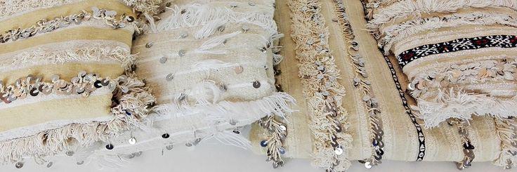 Tradizionalmente l'handira è la coperta nuziale realizzata a mano dalle donne berbere dell' Alto Atlante in Marocco come dono di famiglia per la sposa per augurarle felicità, fertilità, protezione contro il male. Le handira sono tessute in lana e cotone e decorate con motivi geometrici, fasce di pelo o frange e, come tocco finale, con paillettes in metallo, che scintillano ed emettono un dolce suono. Magnifiche non solo come copriletti, ma anche come tappeti  #HomeDecor #boho #globalstyle