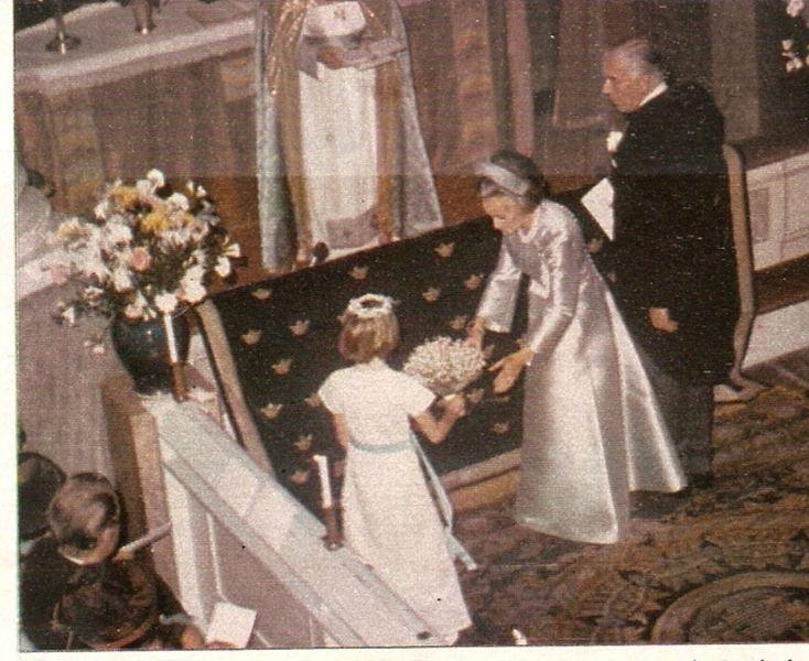 La novia entrega su ramo de novia a su damita de honor, Helena Silverschlold, hija de la princesa Desireé.