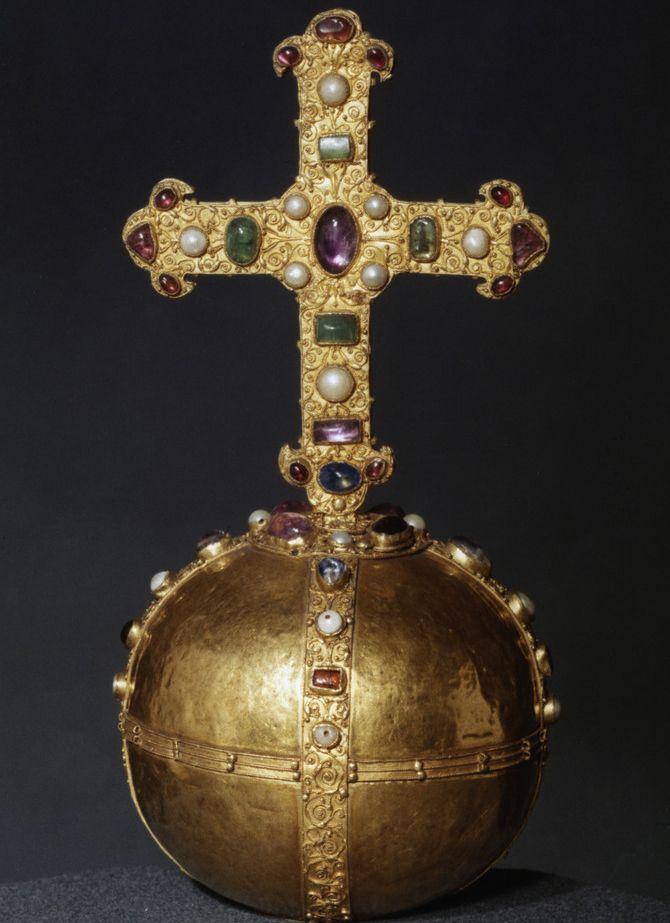 Gull, dekorert med edelstener. Tysk håndverk fra det 12. århundre. Romansk