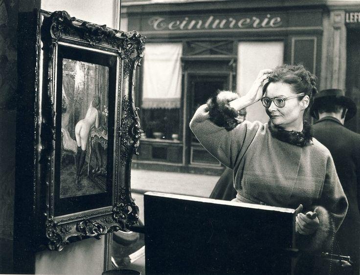 """""""Косой взгляд""""- серия фотографий Робера Дуано. Фотограф запечатлел на свою скрытую камеру реакцию людей на непристойные эротические картины в 1948 году. Выставка проходила в одной галереи художественного искусства в Париже. Спрятав фотокамеру среди антикварных стульев, Робер смог уловить естественное, смешное и немного смущенное лицо в полном недоумении. Семьдесят лет назад такие картины считались сверх пошлыми и развратными, поэтому такая реакция прохожих вполне оправдана. Хотя мужчины…"""