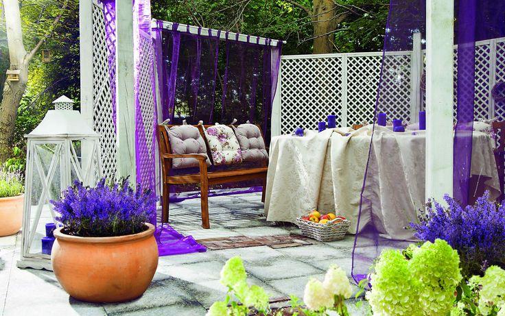 Uprawia się ją nie tylko ze względu na jej wygląd. Specjalnie sporządzone woreczki z suszem z liści i kwiatów lawendy mają niezwykły zapach, który przenika cały dom, uspokaja i relaksuje. #garden #gardening #ogród #ogrodnictwo #lawenda #lavender
