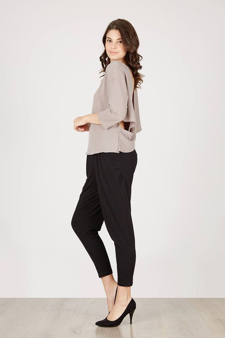 Etra Grey Backless Top  Berrybenka Label  IDR129.000  Atasan lengan 7/8 model simpel dengan detail backless. Padankan dengan celana kulot yang sedang trendi dan sepatu hak tinggi. Tersedia dalam beberapa warna pilihan.   Top Blouse | Berrybenka.net