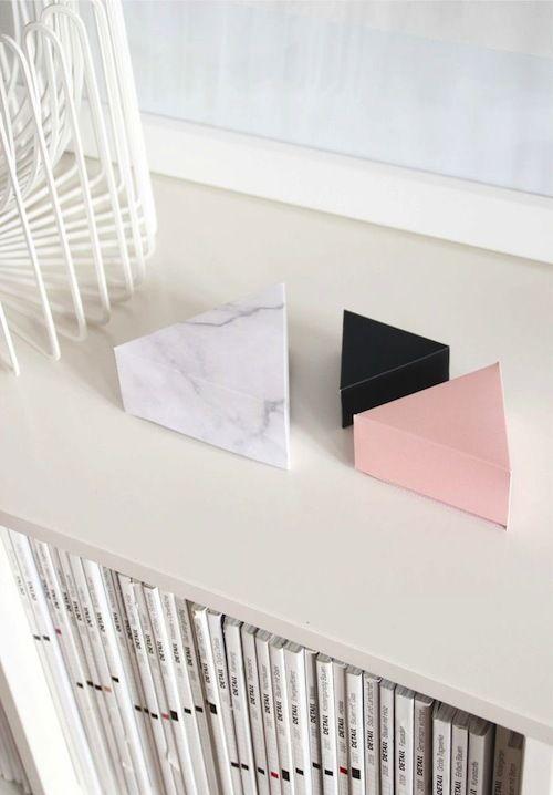 Snug studio staat bekend om haar prachtige minimalistische ontwerpen met fijne materialen zoals plywood en papier.