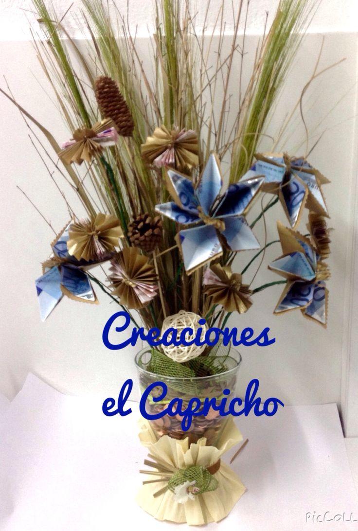 Creaciones el Capricho: Ramo de flores de billetes con jarrón de cristal decorado.