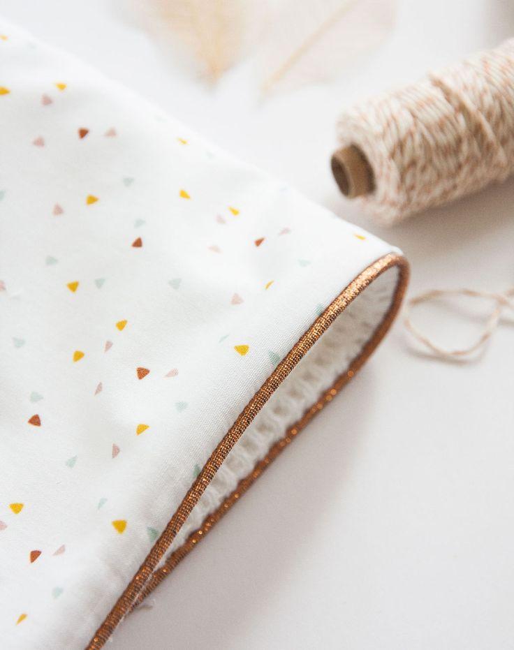 Geboorte dekentje wit met speelse driehoekjes en een koper kleurige rand (c)Alsjeblief.be