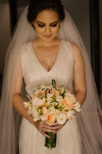 """Nossas noivas: Bordado discreto Esther Bauman Blog Noivas Acquastudio """"O bordado do vestido alongou a silhueta, e sua discrição que o tornou elegante e diferente do comum. Linhas de materiais variados criaram uma textura no vestido, mas artesanalmente, sendo que cada material e cada detalhe foi feito de acordo com a vontade da noiva e da Esther""""."""