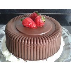 O bolo bombom também conhecido como bolo love, é o bolo do momento, a procura tem aumentado imenso. O bolo é diferente e muito bonito, consiste numa capa d