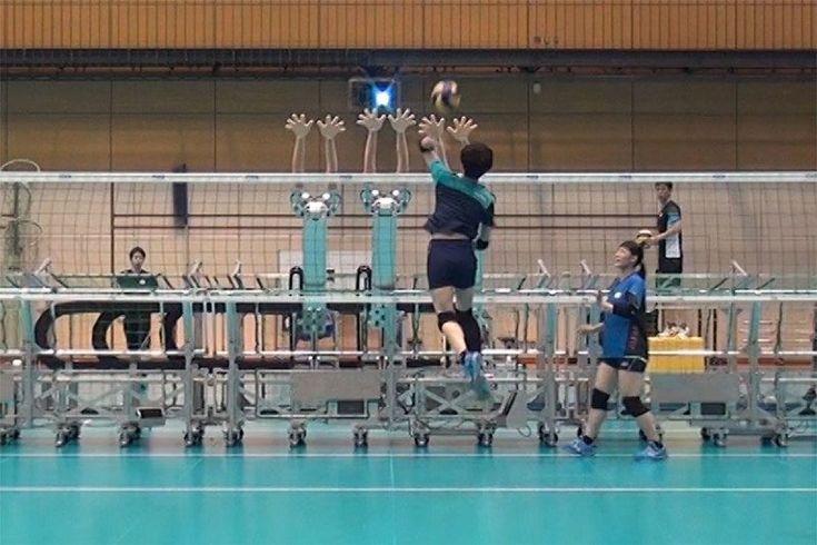 Il team nazionale di pallavolo del Giappone usa un modo davvero particolare per allenarsi: un robot. Questo è in grado di muoversi ad una velocità consona a quella umana