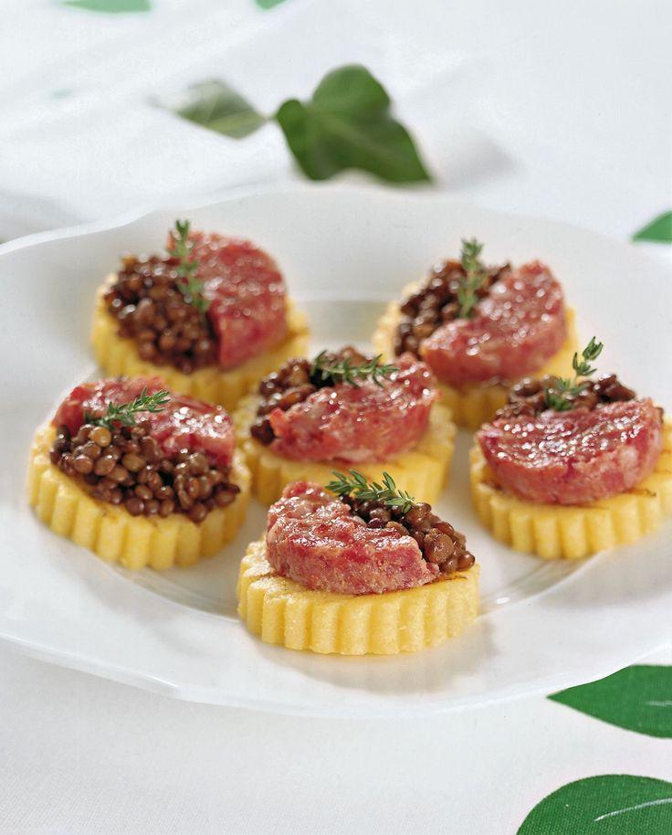 Lenticchie e cotechino si uniscono alla polenta per formare un antipasto natalizio gustoso e colorato. Scopri la ricetta di Sale&Pepe.