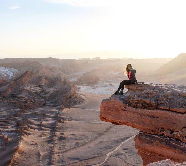 Começamos a última parte da viagem de 'Volta ao Chile'! Agora estamos no Deserto do Atacama Essa é a vista da Piedra del Coyote. Pra essa não precisa andar mais do que cinco minutos. O carro do passeio te leva até lá. #mochilandocomelas #chiletravel #naturelovers #viajemais #blogmochilandocomelas #piedradelcoyote #atacama #atacamadesert #desiertodeatacama #valledelaluna #sanpedrodeatacama #melhorviagem #canaloff