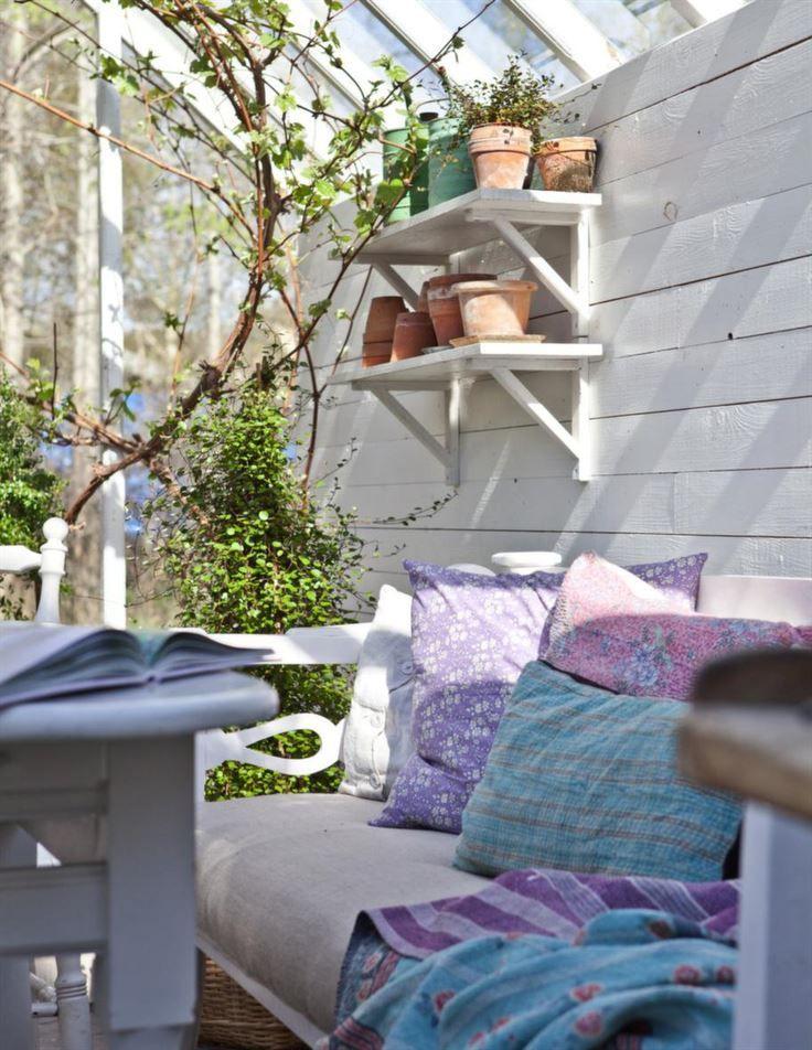 Plats att njuta på<br>Förbered sittplatsen för sköna stunder i vårsolen. Fyll på med kuddar och plädar i vackra vårfärger som stämmer in i tulpanernas brokiga värld. Här ser vi kuddar och plädar tillverkade av gamla indiska sarier. Den lila kudden är sydd av ett libertytyg.