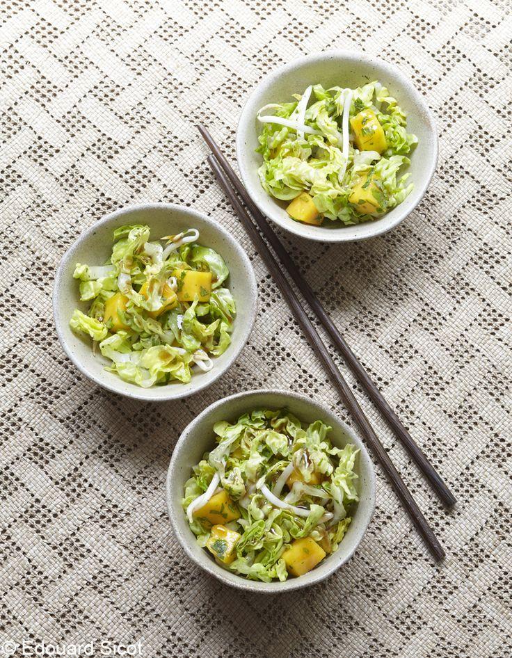 Recette Salade thaïe : 1. Rincez les sucrines, épongez-les et coupez-les en fines tranches. Pelez la mangue et coupez-la en cubes. Mélangez sucrine, mangue et pousses de soja.2. Coupez très finement le piment et ciselez la coriandre. Ajoutez-les dans le saladier.3. Préparez la vinaigrette en m�...