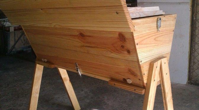 Como Um Apicultor deve Manusear Uma Colmeia Top Bar http://apicosta.com/como-um-apicultor-deve-manusear-uma-colmeia-top-bar/#more-967