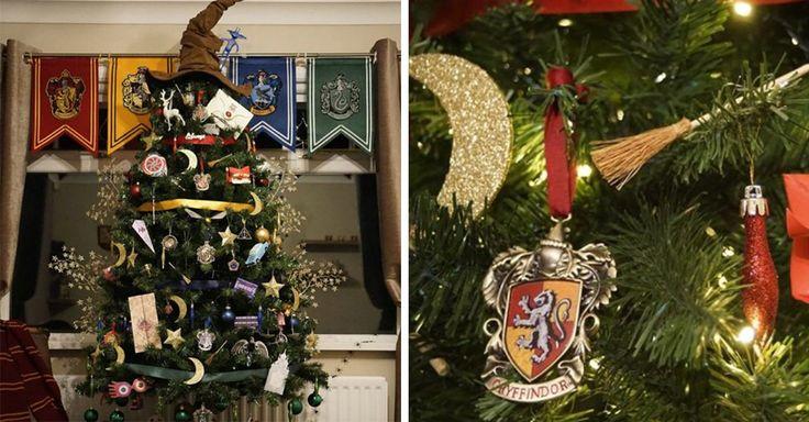 Este mágico árbol esta completamente llenos de adornos referentes a la saga de Harry Potter, incuso el sombrero seleccionador se encuentra en la punta