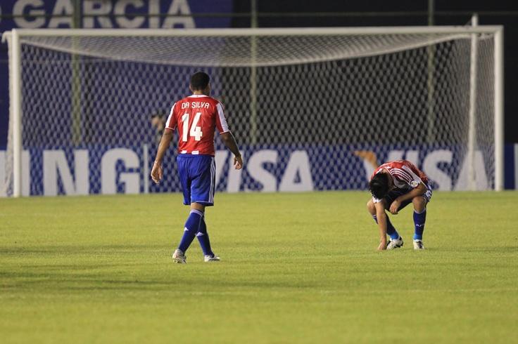 Jugadores de la selección de Paraguay luego de perder frente a la selección de Venezuela en Asunción el 11 de septiembre de 2012 durante las eliminatorias para el Mundial de Brasil 2014.   Créditos: Carlos E. Ramírez