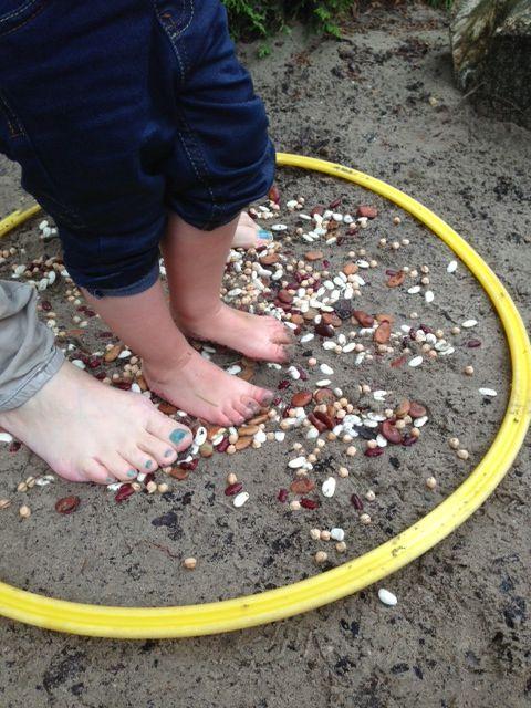 Voelen met je voetjes. Ontdektuin van SKA-kinderdagverblijf de Dobbelsteen