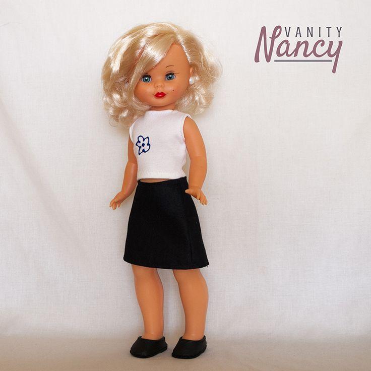 Una falda recta y una camiseta sin mangas y Nancy está lista para cualquier ocasión.