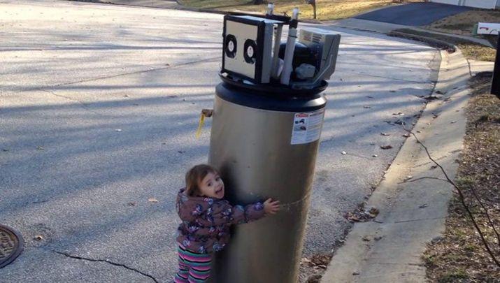 """Biliyor muydun ? /// Sokağa Bırakılmış Eski Bir Şofbeni Robot Sanan Küçük Kız: """"Merhaba, Robot"""""""