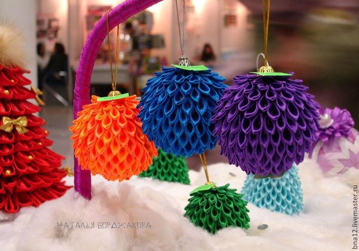Купить или заказать Новогодние шары, елочная игрушка. в интернет-магазине на Ярмарке Мастеров. Чем украсить елку? Всегда встает этот вопрос. Пластиковые шарики наскучили, бока поцарапались, а стеклянные бьются. Чем же порадовать себя и своих детей? Необычные, красочные, небьющиеся и нарядные шарики подойдут даже для тех, у кого дети. Шарики 'Радуга' - это отличный бизнес подарок..Хотите удивить своего босса или преподнести вашим коллегам оригинальный сувенир на Новый год?