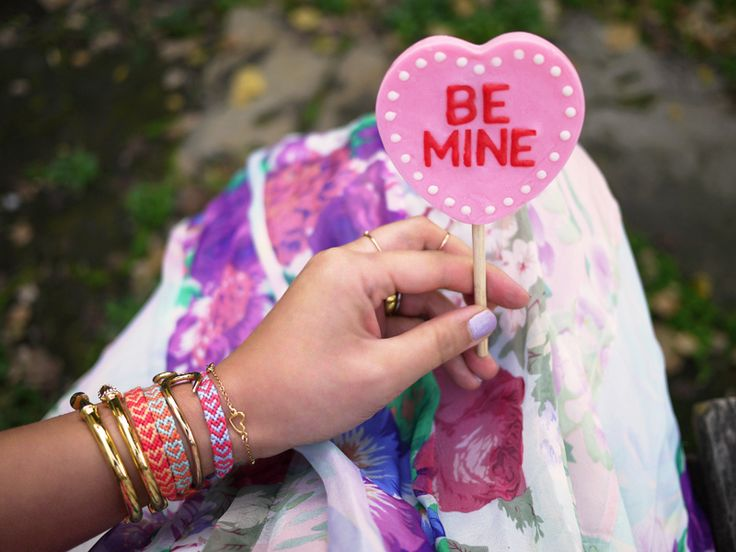 Whip up one of these trendy tokens of love in a heartbeat. | DIY Heart Friendship Bracelet