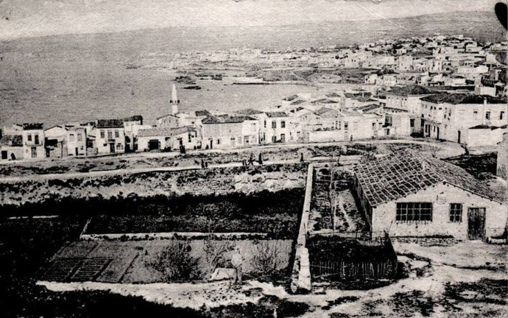 1925 Χανια, το Κουμ Καπί. Ο φωτογράφος στέκεται στον επιπρομαχώνα της Σάντα Λουκία. Στη μέση και αριστερά η τάφρος με μποστάνια. http://blog.mantinades.gr/