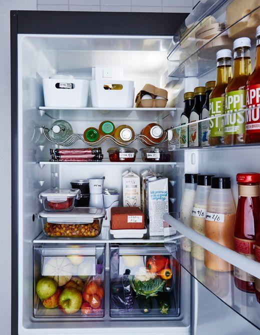 Ein ordentlicher Kühlschrank mit sortierten Lebensmittelbereichen.