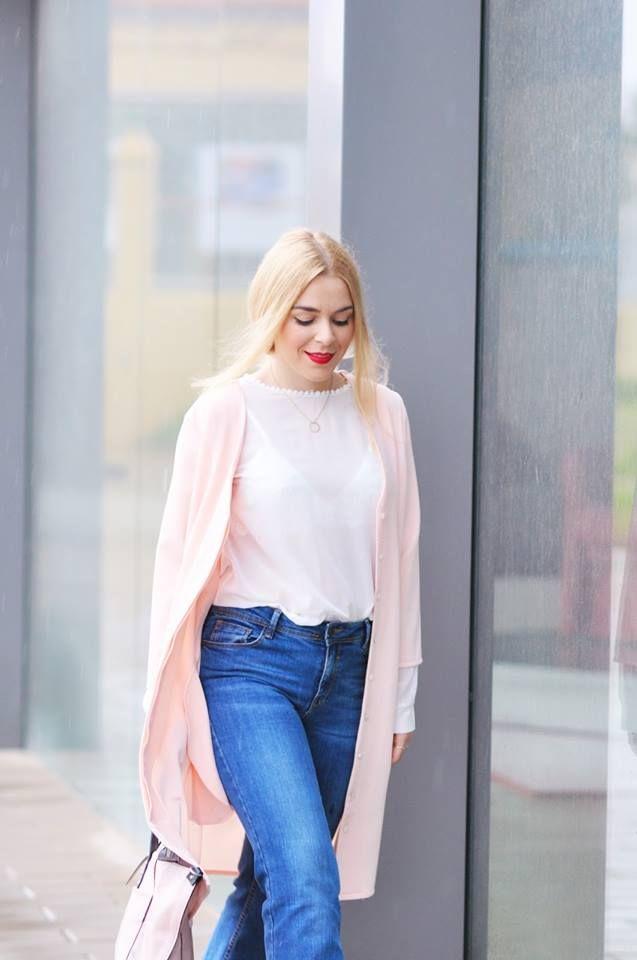 Estefanía la blogger de 'Fashion is my life by Estefanía' combina nuestra prenda parisina a modo de chaqueta con jeans y blusa   VESTIDO ROSA > http://www.colettemoda.com/producto/vestido-rosa/