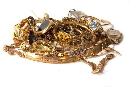 achat or: pile de vieux bijoux en or cassé pour la ferraille