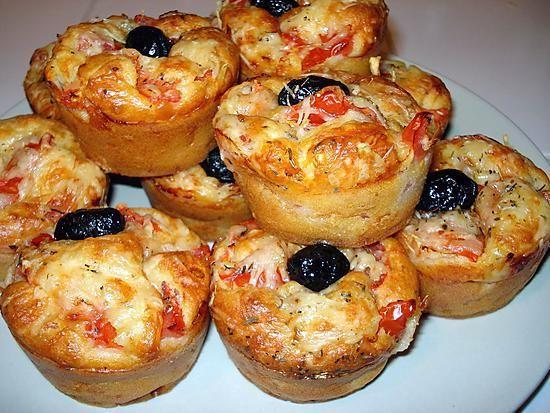 La meilleure recette de Muffins salé façon pizza! L'essayer, c'est l'adopter! 5.0/5 (5 votes), 7 Commentaires. Ingrédients: 180 gr de farine 1 sachet de levure chimique 150 gr de jambon blanc 10 cl d'huile d'olive 10 cl de lait 100 gr de râpé 3 oeufs sel et poivre (c'est pas une épice ça ???) 2 tomates fraiches coupées en petits dés herbes de provence quelques olives noires