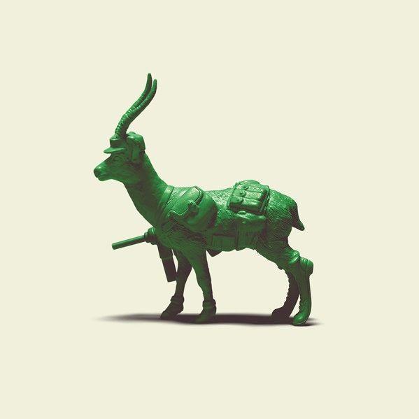 以爆笑、詭異、蠢蛋構想大爆紅的創意轉蛋品牌「熊貓之穴」(パンダの穴),繼愚蠢爆笑無極限的「自由過頭女神」之後,再度推出了新作『Green Green Army』!  這一款名為『Green Green Army』的轉蛋作品,將我們熟悉的各種動物轉化為曾於《玩具總動員》登場、經典的綠色小兵玩偶(這可能要有點年紀的玩具人才知道是什麼...)。每一隻動物都統一採用經典綠色、身穿二次大戰期間的軍服造型(其實還有紅褐色啊~敲碗),並且每一個款式都裝備了不同的武器。  『Green Green Army』全套一共8種款式:北極熊(ホッキョクグマ)、遠東豹(アムールヒョウ)、細角瞪羚(リムガゼル)、猩猩(ゴリラ)、馬來貘(マレーバク)、象龜(ガラパゴスゾウガメ)、紅狼(アメリカアカオオカミ)、小貓熊(レッサーパンダ)。每一隻動物都設計了一款對抗絕種為主題的海報「OUR HOMES ARE IN DANGER NOW!(現在,我們的家鄉面臨了危機!)」,宛如動物版的山姆大叔海報,相當有趣啊!~  パンダの穴 – グリーン・グリーン・アーミー…