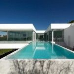 the-pool-Villa-Escarpa-by-Mario-Martins-Atelier http://www.homevselectronics.com/villa-escarpa-is-a-portugal-flying-house/#more-2949