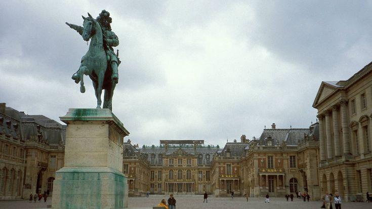 Sonnenkönig Ludwig XIV.-Ähnlich unhygienisch ging es am pompösen Hof von Versailles zu: Von den 2.000 Zimmer diente nur ein einziger Raum als Toilette. Sonnenkönig Ludwig der XIV. (14.) verrichtete seine Notdurft ungeniert auf seinem Leibstuhl.