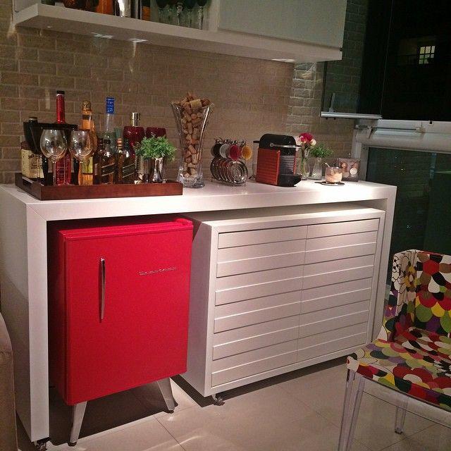 Boa Noite Pessoal!!! ❤️ Já viram o post no BLOG hoje!? Falei um pouquinho sobre os Eletrodomésticos com Estilo Retrô!!!  E esse é o meu cantinho com minha Geladeirinha Vermelha!  Amo o contraste do víntage com o moderno!! Corre lá e confira as fotos!!  www.papodecasada.com.br #retrô #víntage #barzinho #inspiração #decor #design #interiordesign #arquitetura #decoração #homedecor #papodecora #blogpapodecasada #papodecasada