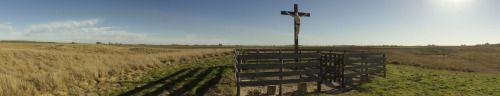 El Cristo del Médano. Una fuerte tormenta hizo sucumbir la cruz sostenida por el cemento aún sin fraguar; el viento la derribó y un brazo del Cristo se desprendió, como si el diablo quisiera aumentar el dolor de la crucifixión. El Cristo sustituto fue erigido en la bifurcación y un rincón polvoriento del corralón municipal fue el hogar del verdadero Cristo. Restaurado inició un camino de más de 70 km hacia el gran médano, ubicado a la izquierda de la entrada a la estancia Las Calaveras en…