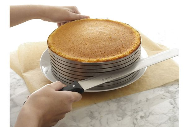 見た目より味が大事とはいうけれど。 デコレーションケーキを作るとき、クリームやフルーツを挟むためにスポンジケーキを真ん中で切り分けますが、なかなかうまく水平には切れないものです。 そこでご紹介したいのが、「Layer Cake Slicing Kit」。中身は12インチのケーキナイフに、8段のカットガイド、11インチの...