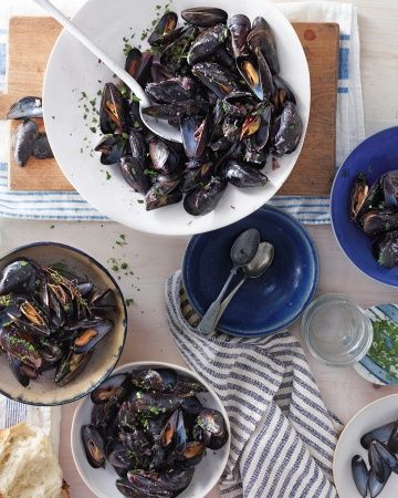 Mussels with Red Wine and Roasted Garlic. http://www.wholeliving.com/173013/mussels-red-wine-and-roasted-garlic?center=136755=136251=173013