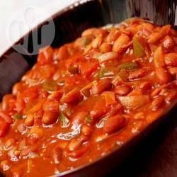 : Pittige chili con carne  ngrediënten  Porties: 12  1 kilo rundergehakt 3 blikken tomatenblokjes (van elk 400 gr) 150 gr tomatenpuree 1 fles bier (330 ml) 500 ml bouillon (of 500 ml water en 2 runderbouillonblokjes) 3 blikken bruine bonen (van elk 410 gr), afgespoeld en uitgelekt 3 grote uien, gesnipperd 6 teentjes knoflook, geperst 2 groene paprika, in stukjes 1/2 theelepel cayennepeper 1 eetlepel donkerbruine basterdsuiker 1 theelepel gedroogde oregano 1 theelepel gemalen zwarte peper 2…