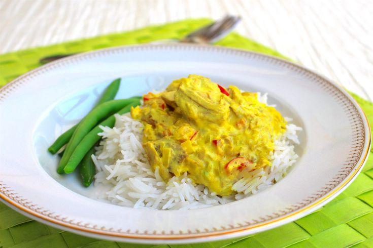 Tonfisk i en god currysås. Denna rätt är fantastisk. Inte bara för att den är så himla enkel att laga utan för alla goda smaker den bjuder på. Servera med pasta eller ris och en god salladbredvid. Lättlagat och gottigottgott! RECEPT PÅ SALLADEN HITTAR DU HÄR! 4-6 portioner 2 burkar tonfisk i vatten 1 bit purjolök eller 1 vanlig lök 1 liten bit ingefära 2 vitlöksklyftor 1 röd paprika 2 tsk curry 1 tsk gurkmeja (kan uteslutas men det ger en vacker färg i maten) 1 hönsbuljongtärning 3 dl creme…