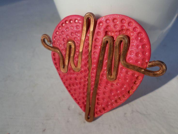 """Μενταγιόν """"καρδιο...γράφημα"""" από πηλό και σύρμα......"""