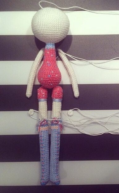 Hier handelt es sich nur um ein einzelnes Bild. Aber man sieht den Aufbau des Puppenkörpers.