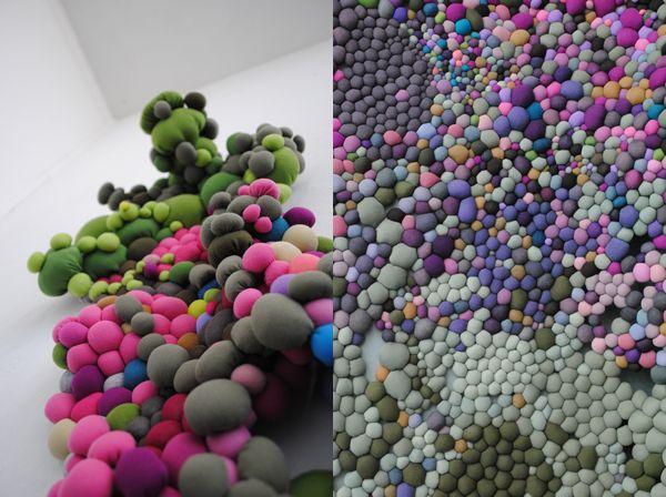 """""""Acumulación y crecimiento orgánico"""" es obra de Serena García licenciada en Artes Visuales que a partir de la costura como acción repetitiva se crea una gran acumulación que al unirse crece de manera orgánica, adaptándose y a la vez desbordándose por el espacio"""
