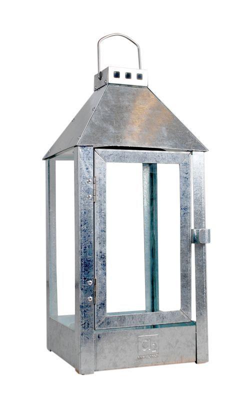 <h5>Eksklusiv lanterne/Hurricane fra A2 Living,</h5> En tidløs eksklusiv og klassisk lanterne, som har lidt mere end de fleste lanterner. Lanternen er designet i et minimalistisk design og er fremstillet af galvaniseret jern. Der er tænkt over funktionalitet og levedygtighed.   Lanternen har magnetlukning, stærkt glas, står stabilt og er gennemført i galvaniseret jern - også hængler og nitter. Kan leve i mange år og holde til det danske klima. Fåes i forskellige størrelser.  Farve: ...