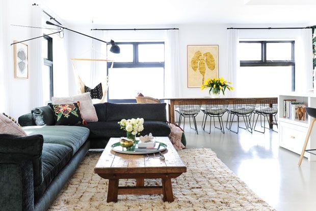 Dans le loft de Sara Shafran, un canapé sectionnel enL invite à la détente ou se sépare autour de la table basse lors des réceptions. Entrez à l'intérieur du loft d'une artiste de Vancouver en cliquant ici.
